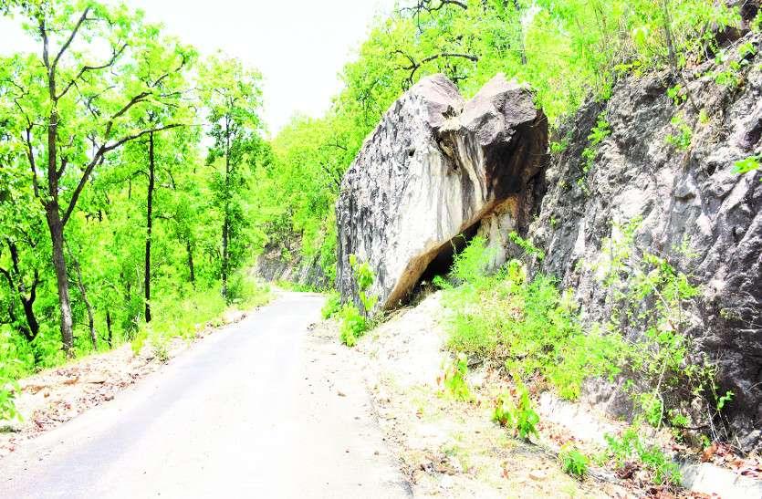 कोरबा-लेमरू मार्ग में कॉफी प्वाइंट के पास चट्टान, मिटटी कटाव से कभी भी गिर सकती है सड़क पर