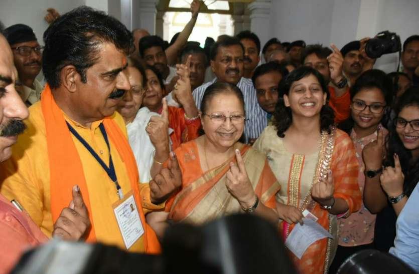 VIDEO : ताई, कैलाश के साथ मंत्री वर्मा, पटवारी और सिलवाट ने भी किया मतदान