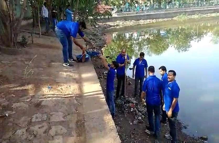 रोहिणीपुरम तालाब की सफाई में राजधानी के लोगों ने मिलकर दिया एक दूसरे का साथ