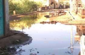 बारिश के पानी की निकासी की नहीं है व्यवस्था,जमा कीचड़ से हो रही परेशानी