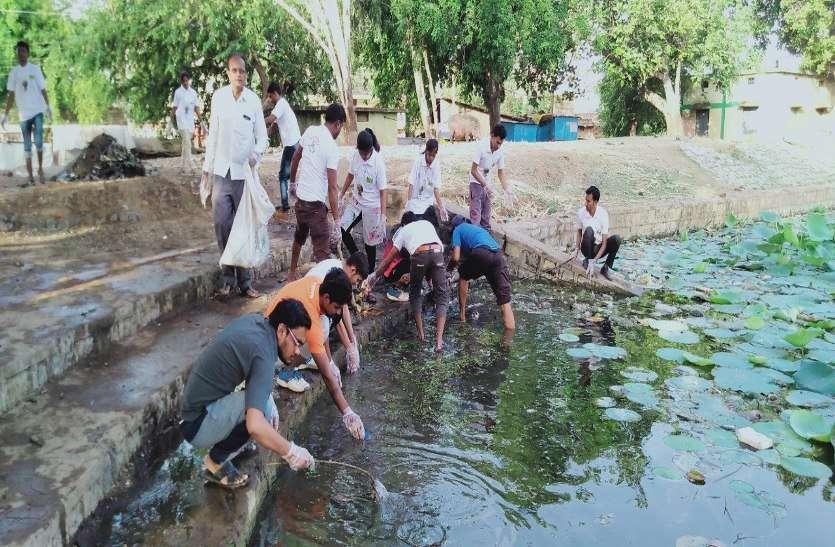 पत्रिका अमृतम् जलम : श्रमदान कर रेवाबंद तालाब की सफाई, अब पचरी नहाने योग्य