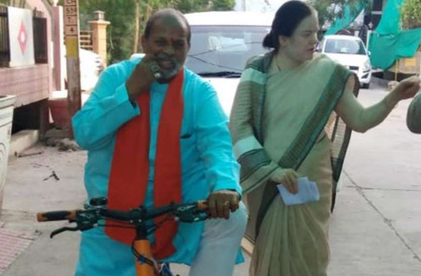 साइकिल से वोट डालने पहुंचे पूर्व मंत्री, दिग्गजों ने लोगों से की वोटिंग की अपील