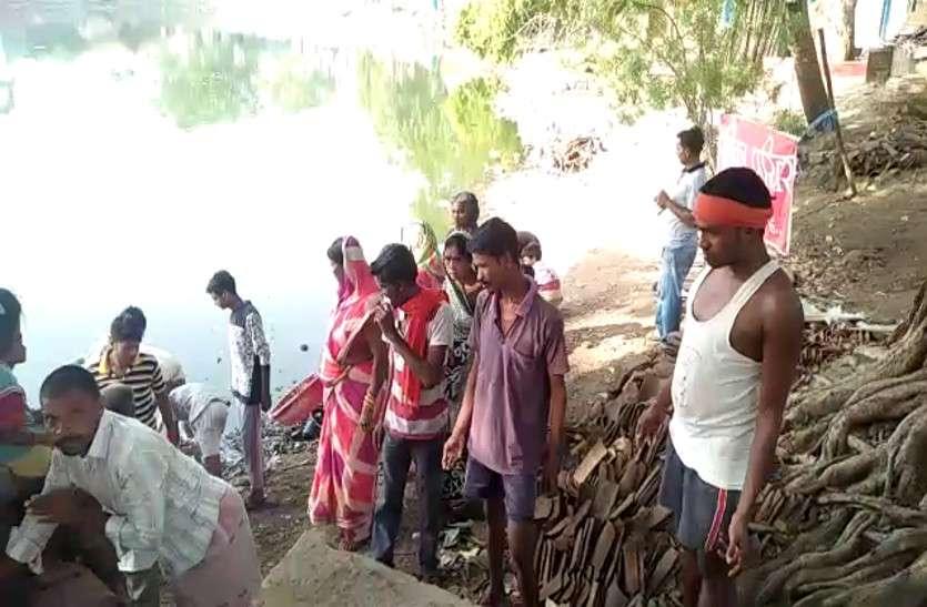 तालाब की सफाई के लिए लोगों ने बढ़ाया हाथ, मिलकर किया श्रमदान