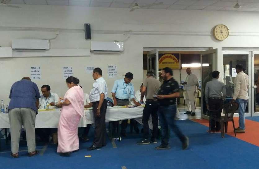 वोटिंग के लिए कतार में खड़े हुए उद्योगपति