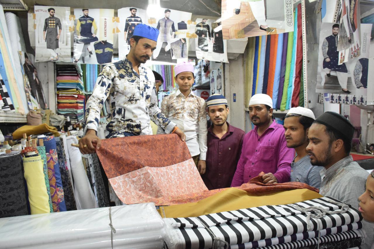 Fashion Trends : ईद से पहले यहां मिल रहा सबसे सस्ता और शानदार लखनवी कुर्ता