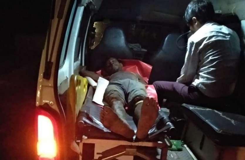 तेज रफ्तार डंपर पलटा, स्टेयरिंग में फंसा चालक, बड़ी मशक्कत के बाद बचाई जान
