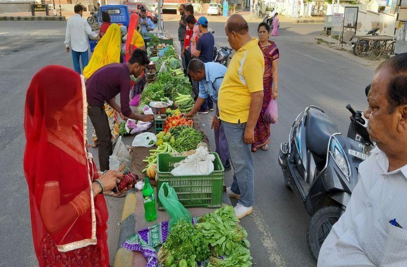 Ajmer : अतिक्रमियों ने ढूंढा नया तरीका, अब डिवाइडर पर सजने लगी फल-सब्जी की दुकानें