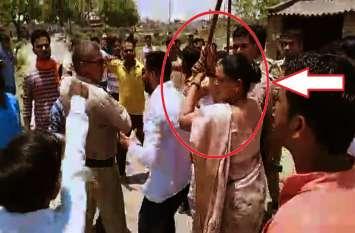 सपा-भाजपा कार्यकर्ताओं में मारपीट, BJP विधायक पुलिस पर दिखायी दबंगई, डंडा छीनने की कोशिश