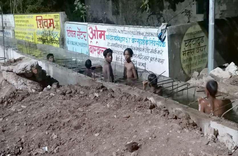 Video :- हमारे लिए तो यही स्वीमिंग पुल है, भीमा तालाब जाने के लिए बनी नाली में नहा रहे बच्चे, कूद-कूदकर गर्मी का ले रहे मजा