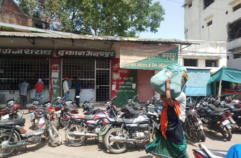 शराब दुकान बनी अघोषित पार्किंग, वाहनों की पार्किंग से नगरवासी परेशान