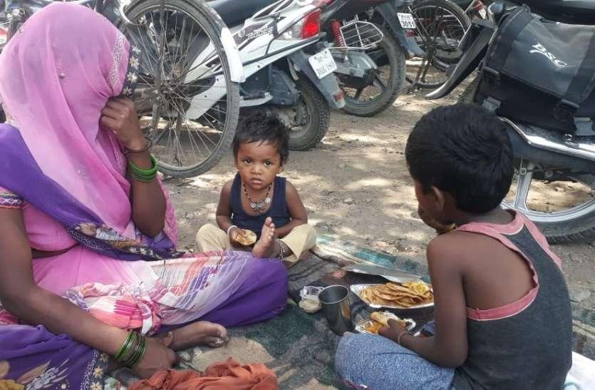 VIDEO कलेक्ट्रेट में तान दिया तंबू, लोगों ने जनसहयोग से दिया भोजन, क्या है मामला देखे वीडियो