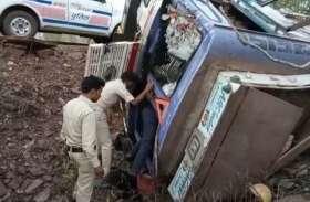 पलटने के बाद ट्रक में फंस गया चालक तो रेस्क्यू कर निकाला, बचाई जान