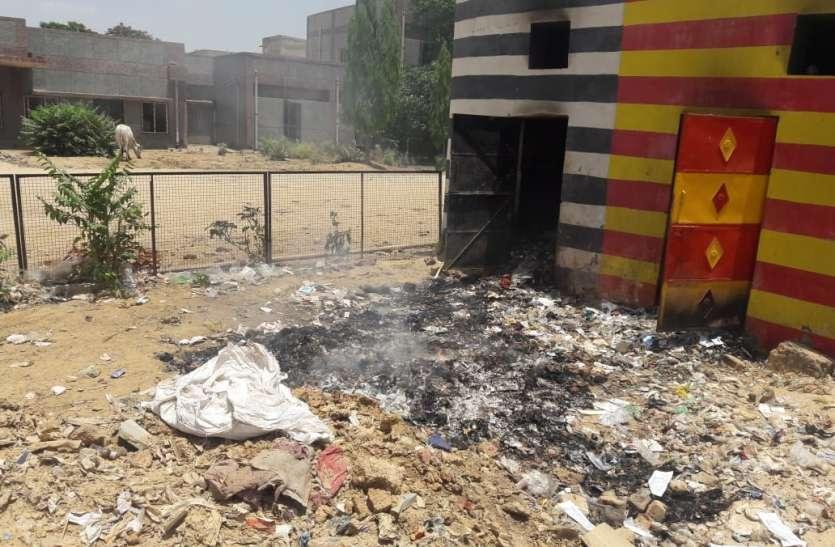 जिला अस्पताल मे जलाया जा रहा बॉयोमेडिकल वेस्ट