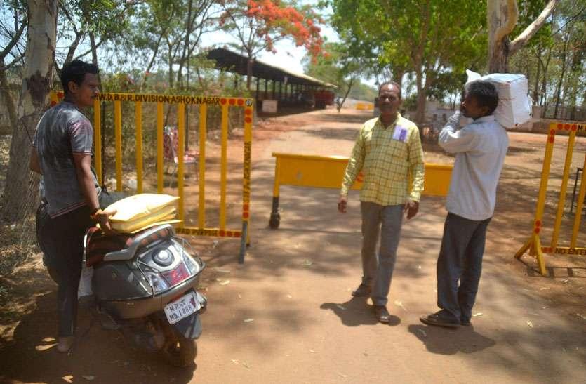 पुलिस ने बाइक रोकी तो जमा करने कंधे पर रखकर ले गए परीक्षा सामग्री