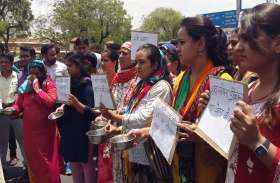 तपती धूप में शिक्षकों ने कटोरा लेकर मांगी भीख, मांग पूरी ना होने पर प्रदेशव्यापी आंदोलन की दी चेतावनी