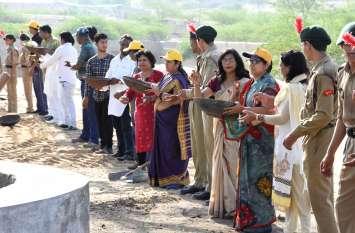 अमृतं-जलम् अभियान : तालाब के कायाकल्प के लिए जुटे सैंकड़ों हाथ
