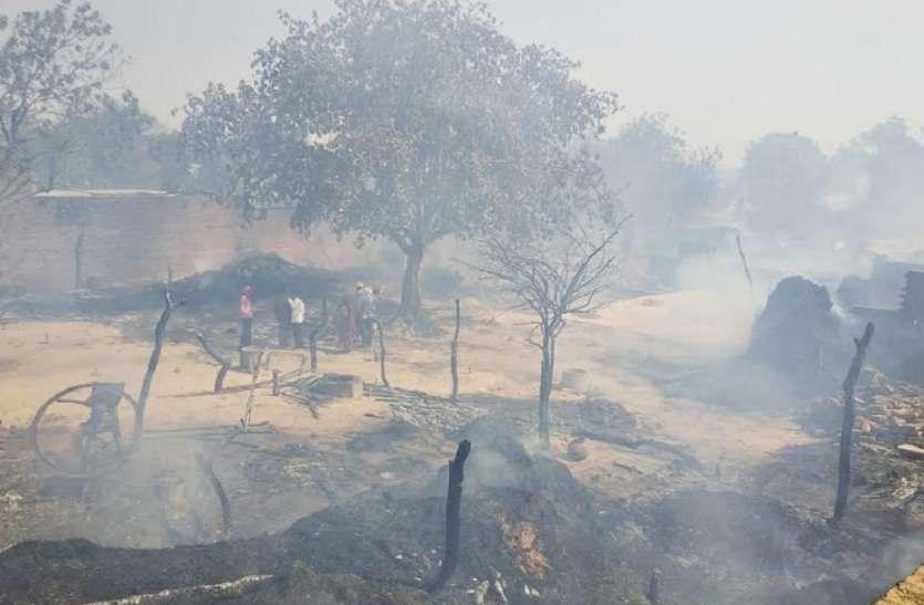 इटावा मे आग लगने से 30 घर जलकर हुए खाक, दमकल देर से पहुंचने पर गांव वालों ने किया पथराव