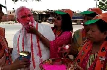 एग्जिट पोल से उत्साहित महिलाओं ने मोदी को खिलाया रसगुल्ला, लगाया गुलाल