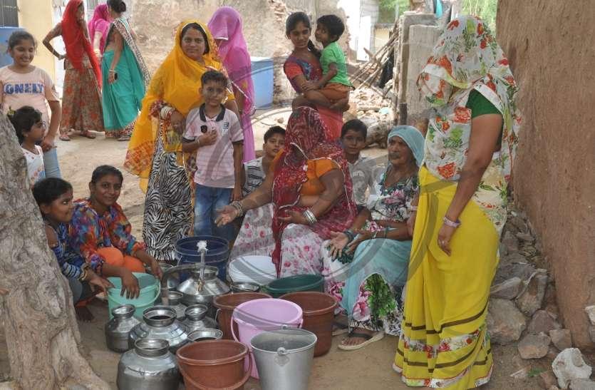 पानी के लिए महिलाओं ने बोला हल्ला, देखें वीडियों