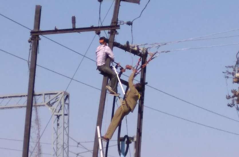 वाहन ने बिजली खम्भे में मारी ठोकर, दो घंटे गुल रही शहर की बिजली