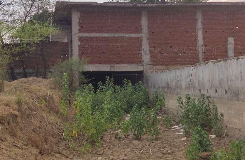 Video :- नरवा घुरूवा के उपर तान दिया करोड़ो की स्कूल बिल्डिंग, शिकायत के बाद भी नहीं हो रही कार्रवाई