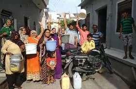 नलों में पानी नहीं टपका तो आक्रोशित महिलाओं ने लगाया जाम