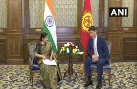 SCO सम्मलेन में भाग लेने किर्गिस्तान पहुंचीं सुषमा स्वराज, किर्गिज विदेश मंत्री एदाराबेकोव से की मुलाकात