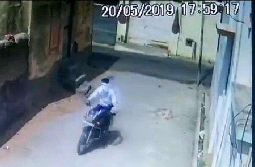 सीसीटीवी कैमरे में कैद हुआ बाइक चोर