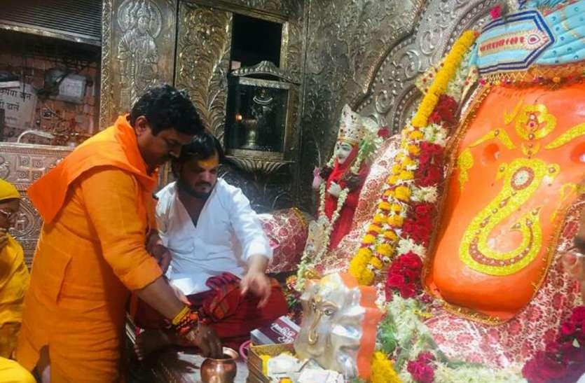 सोलंकी पहुंचे इंदौर, गणेश मंदिर में की पूजा...टिपानिया ने दिन में परिवार को दिया समय और शाम को पहुंचे सत्संग में