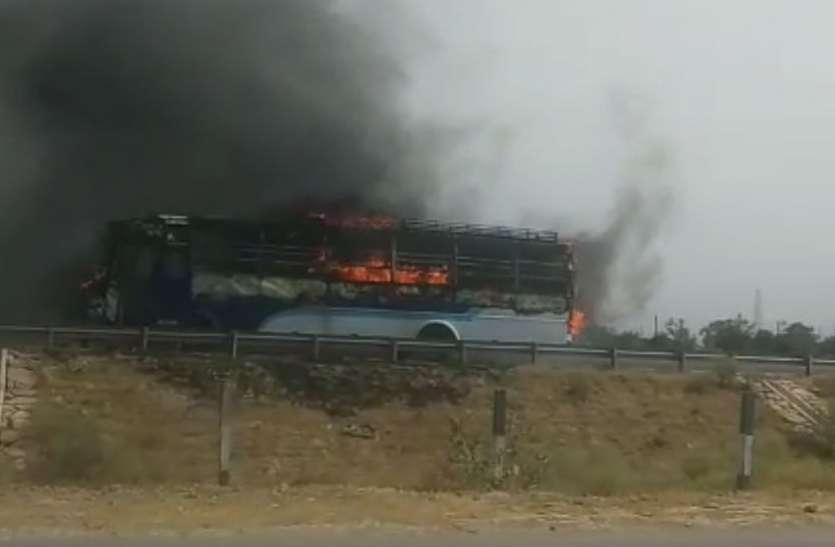 VIDEO: आगरा—लखनऊ एक्सप्रेस वे पर दिल्ली से गोंडा जा रही वॉल्वो बस में लगी आग, मच गई अफरा—तफरी