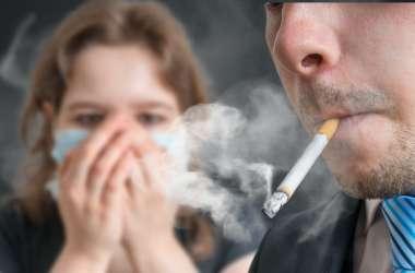 20 की उम्र के बाद सिगरेट पीने वालों के साथ रहने से हो सकती है बीपी की समस्या