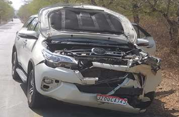 पूर्व विधायक की कार नीलगाय से टकराई, बाल बाल बचे ....बुरी तरह क्षतिग्रस्त हुई गाड़ी, चपेट में आई नीलगाय की मौत