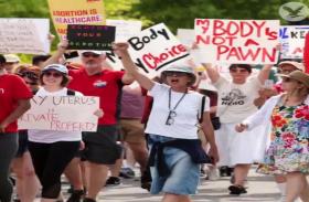 VIDEO: अलाबामा में गर्भपात कानून को लेकर विरोध-प्रदर्शन तेज, सड़कों पर उतरे प्रदर्शनकारी