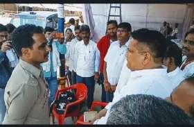 EVM की सुरक्षा में स्ट्रांग रूम के सामने सपा-कांग्रेस नेताओं ने डाला डेरा