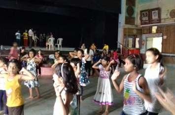 बच्चे सीख रहे नृत्य कला के गुर