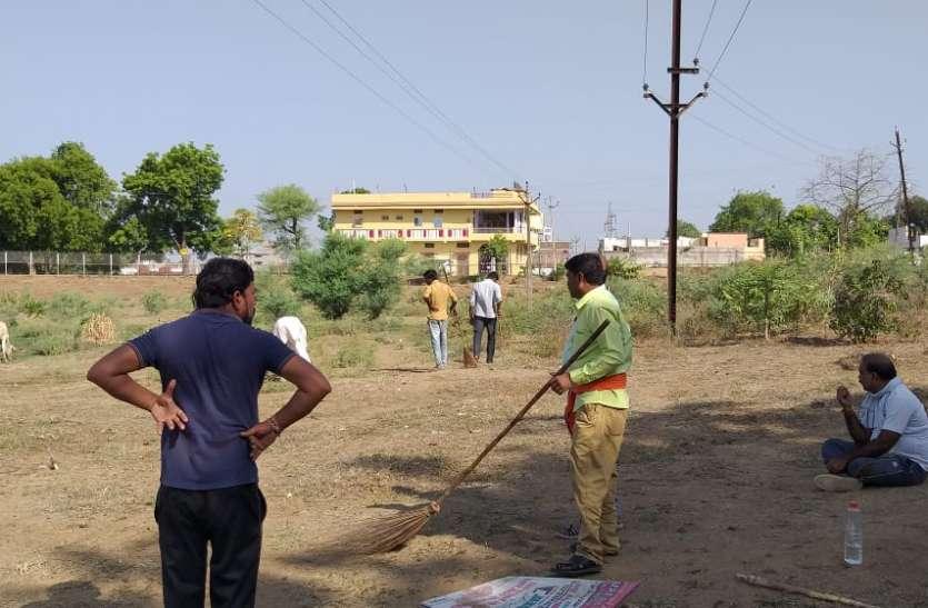 रोजाना सुबह जुट रहे नागरिक तालाब की हो रही सफाई