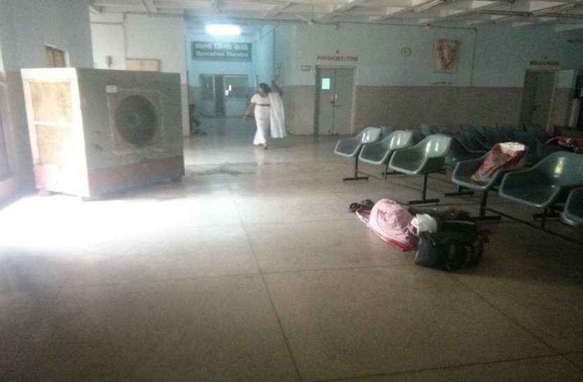 ... बीएसपी हॉस्पिटल में जमीन पर क्यों लेटे हैं मरीज
