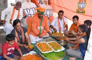 Bikaner- जीत से आश्वस्त समर्थक ने बनाए BJP के रंग वाले लड्डू