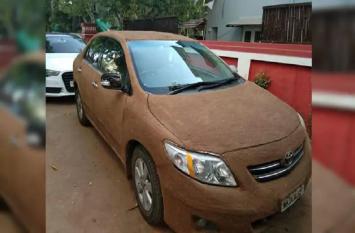 अहमदाबाद के शख्स की मिसेज ने निकाला नया 'कूलिंग हैक', पति की लग्जरी कार को गाय के गोबर से लीपा