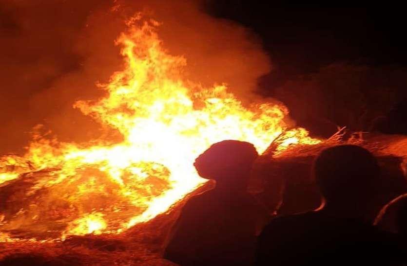 अचानक से जल उठा 20 ट्रक चारा, रात 2 बजे तक आग बुझाने के प्रयास करते रहे लोग