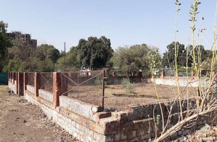 गोविंदपुरा पुलिस लाइन का पार्क बदहाल, टाइल्स, गेट हो गए चोरी