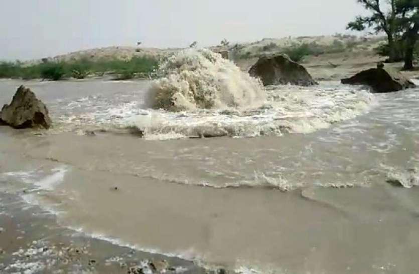 लाखों गैलन व्यर्थ बह रहा पानी,क्यों आए दिन फूट रही पाइप लाइन?जानिए पूरी खबर