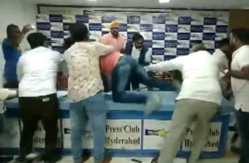 हैदराबाद: प्रेस कॉन्फ्रेंस के दौरान दलित नेता पर हमला, वीडियो वायरल
