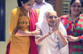 पीएम मोदी की सफलता देख भावुक हुई मां हीराबेन, घर से बाहर आकर दिया आशीर्वाद