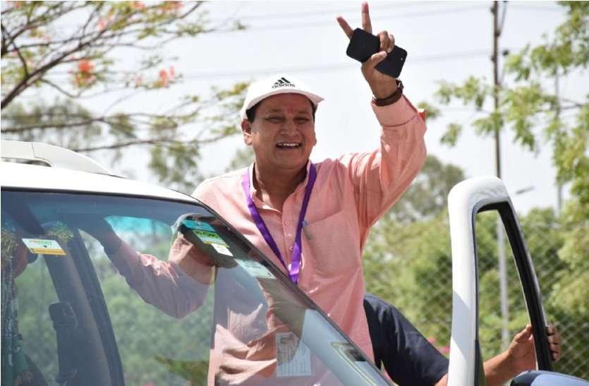Lok sabha Election 2019 : भगवा सुनामी में कांग्रेस का सफाया, नतीजों की घोषणा से पहले ही यहां बंटी मिठाइयां..