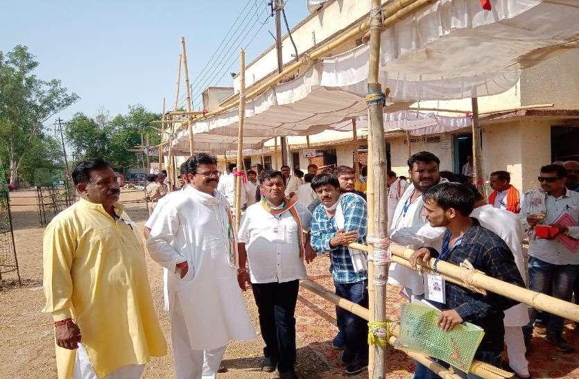 भीषण गर्मी में माहौल को गरमा रहे मतगणना के रूझान, देखें फोटों