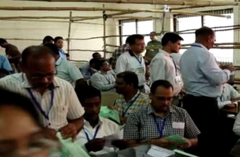 ईसीआई का रुझान एप नही हुआ चालू, कर्मचारी करते रहे मशक्कत