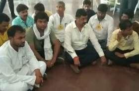 BIG News: झालावाड़ में हाई वोल्टेज सियासी ड्रामा: कांग्रेस प्रत्याशी धरने पर बैठे, प्रशासन को दे डाली आंदोलन की चेतावनी