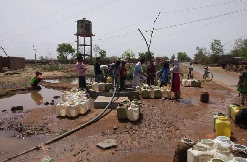 नलजल योजना ने तोड़ा दम, डेढ़ किलोमीटर दूर से पानी ढोकर प्यास बुझा रहे ग्रामीण
