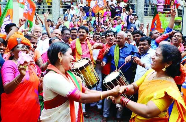 PICS: ऐतिहासिक जीत पर भाजपा आल्हादित